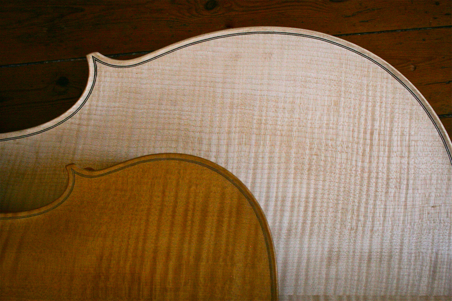 Old wood minerale interior of violin - Solum Refractive Foundation That Maintain The Woods Wet Mirror